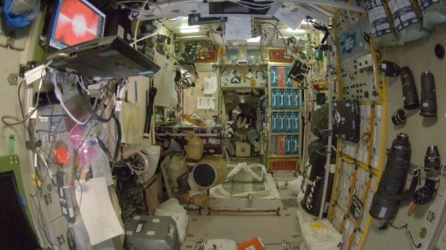 Załoga Międzynarodowej Stacji Kosmicznej opowiedziała o pęknięciach w kadłubie modułu rosyjskiego.