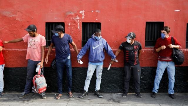 Panama i Peru wprowadzają nowe obostrzenia w związku z koronawirusem: kobiety i mężczyźni..